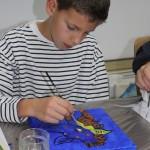 kind aan het schilderen