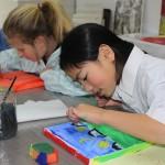 meisjes aan het schilderen